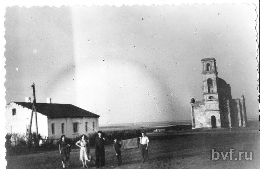 Нажмите на изображение для увеличения Название: Панинский р-н с.Пады Покровская церковь в 1952гслева-дом священника.jpg Просмотров: 73 Размер:42.3 Кб ID:1669342